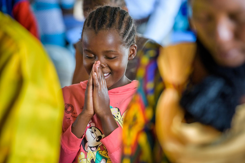 little girl prays to God
